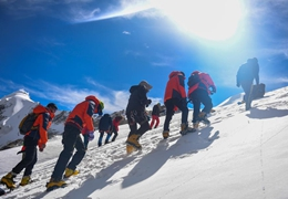 西藏:登山愛好者進行冰雪技術訓練準備衝頂洛堆峰