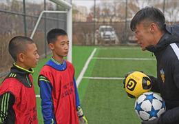 球星張鷺持續送足球進校園