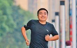 跑出不一樣的人生,腦癱患者5年單腿完成33場馬拉松賽