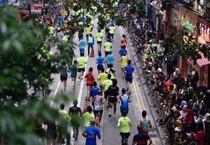 特寫:全城奔跑——2018香港渣打馬拉松賽在雨中進行