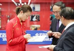 馬爾代夫駐華大使造訪國乒,與丁寧劉詩雯互動