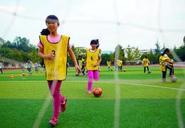 点赞!这位不懂足球的校长竟把足球成功地融进了她的校园之中