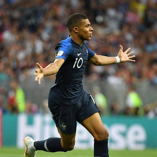 决赛:法国队姆巴佩进球