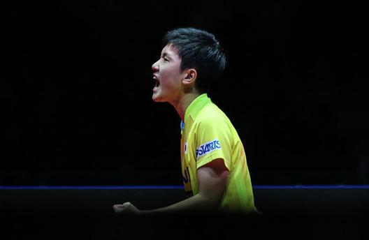 國際乒聯總決賽張本智和戰勝林高遠 成賽事最年輕男單冠軍