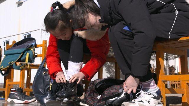 操場變冰場 澆築冰雪夢——東北邊陲縣城小學裏的快樂剪影