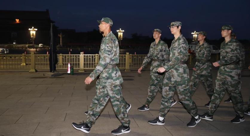 中国男篮集训队观看升国旗仪式