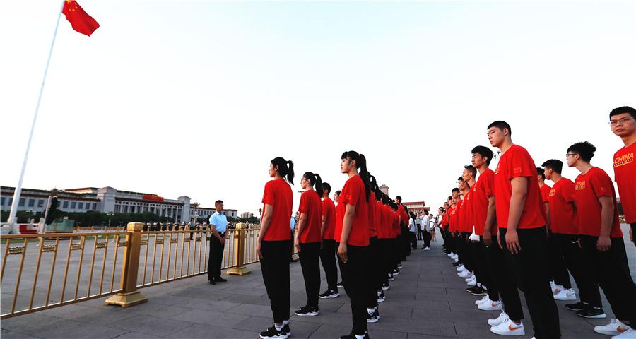 国家女篮和国奥男篮观看升国旗仪式