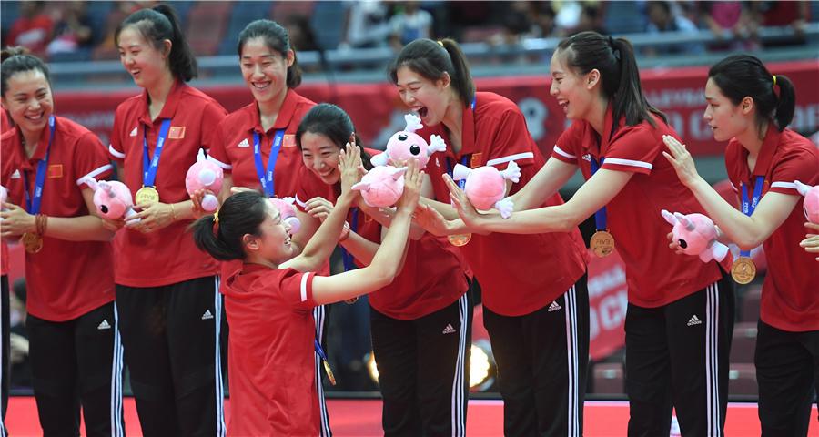 女排世界杯:中國隊捧杯