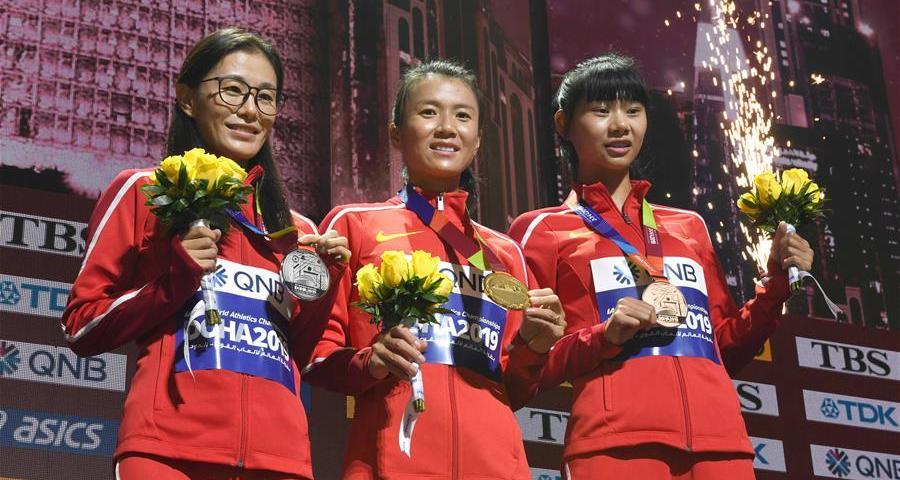 女子20公裏競走頒獎儀式:中國選手佔領領獎臺