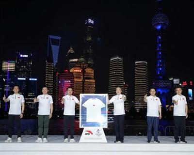 安踏發布北京2022年冬奧會特許商品國旗款運動服裝