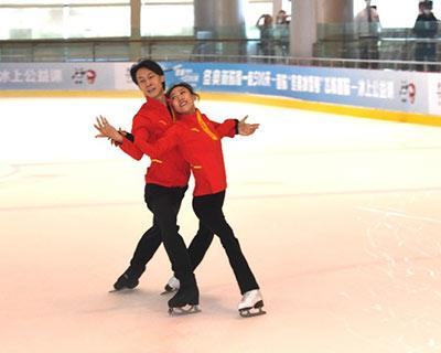 """""""冬奧冰雪號""""首航帶來精彩冰上公益課——龐清、佟健在成都為青少年選手上課"""