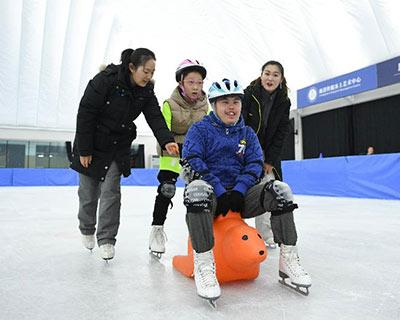 """北京冬奧會倒計時500天之際 龐清佟健""""愛滑冰""""公益課迎來特殊學員"""