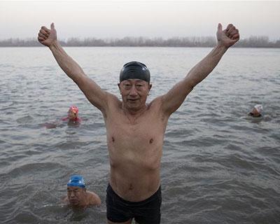 全民健身:冬泳健兒劈波斬浪