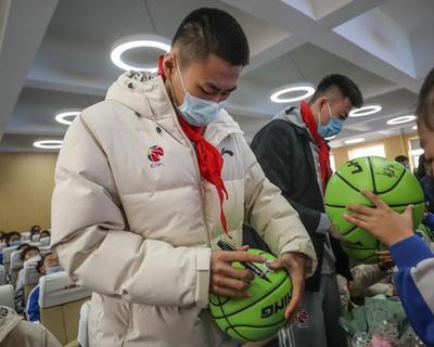 遼寧男籃休賽期走進鞍山校園和福利院舉行公益活動
