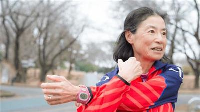 """特寫 瘋狂的""""跑步奶奶"""":62歲,3小時內跑完馬拉松"""