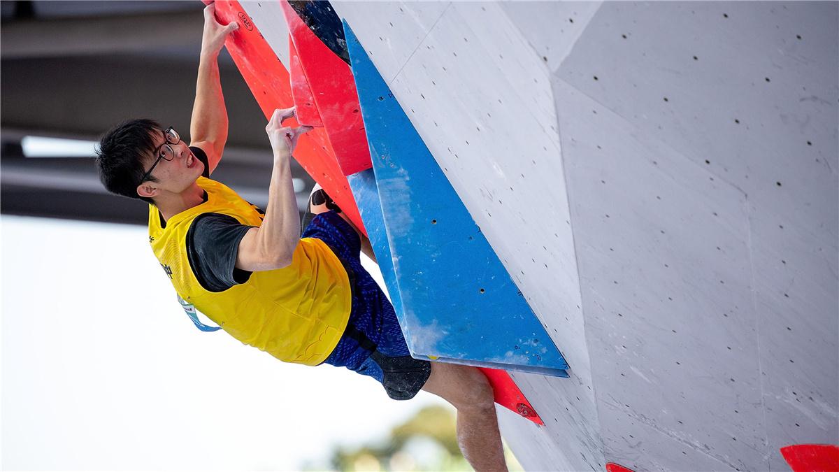 全運會-攀岩成人組男子兩項全能決賽:湖北隊選手潘愚非獲得冠軍