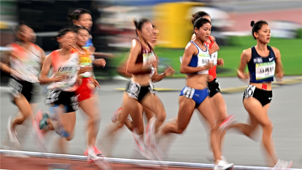 全運會-田徑女子5000米決賽:甘肅隊選手張新艷獲得冠軍