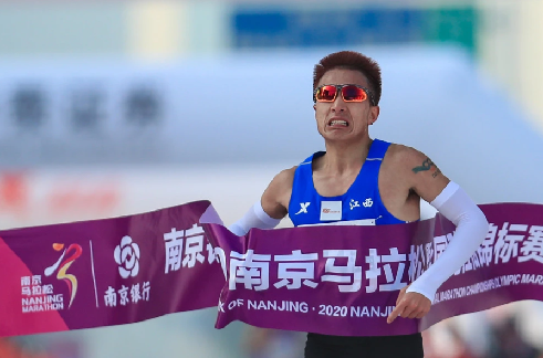 剛跑了6場馬拉松,他想破全國紀錄了
