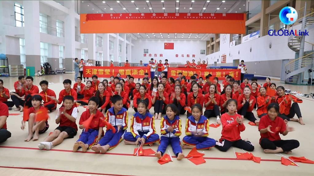 全球連線|朱雪瑩蹦床奪冠 所在天津隊教練隊友為她喝彩