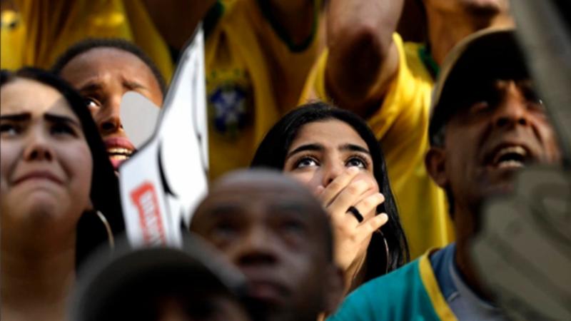 心碎!五星巴西惨遭淘汰 看台球迷掩面痛哭